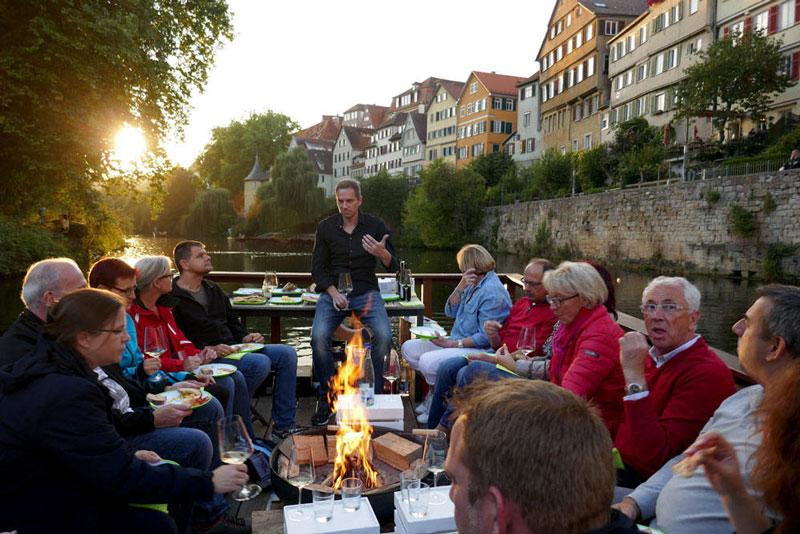 Das rustikale Weinfloß mit Feuer und österreichischen Spezialitäten